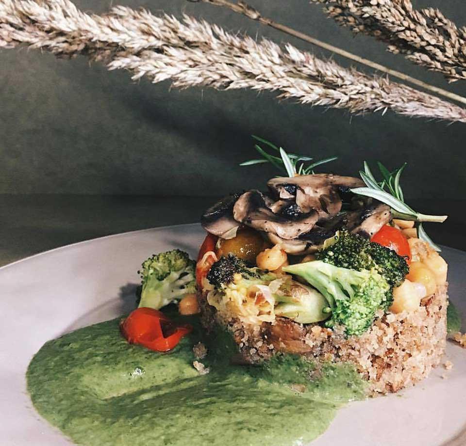 Prato do Dia da Terrárea, com vários legumes e a ser servido no Restaurante Vegetariano.