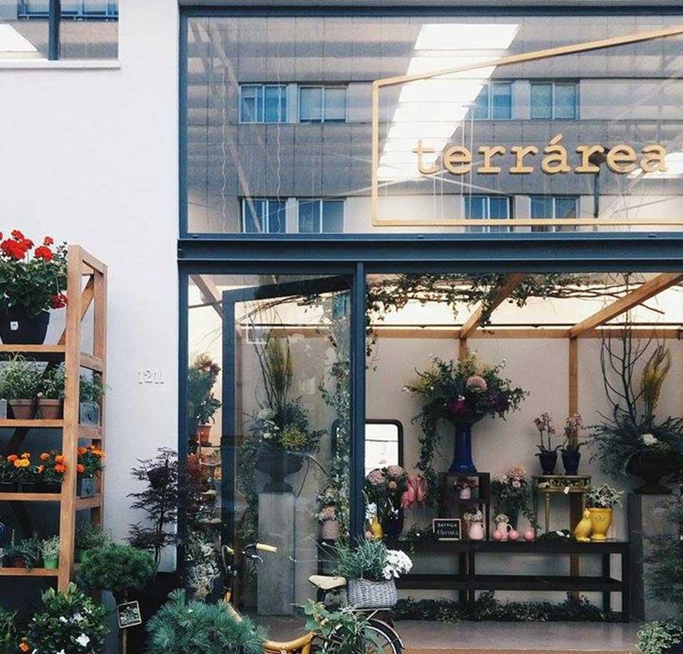 Entrada da Terrárea, com muitas flores e plantas onde poderá encontrar um restaurante vegetariano e uma florista.