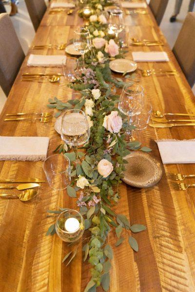 Centro de mesa corrido, com arranjo floral para casamentos.