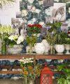 Montra da Terrárea do Dia dos Namorados, com muitas flores e imagens representativas do dia.